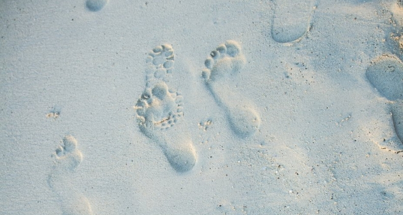 beach-sand-footprints_925x.jpg